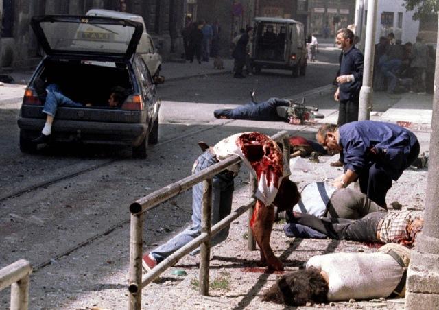 ১৯৯৫ সাল। বসনিয়ার সারাজেভোতে মুসলিমদের মৃতদেহ পড়ে আছে